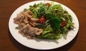 鶏皮の唐揚げと和風サラダ