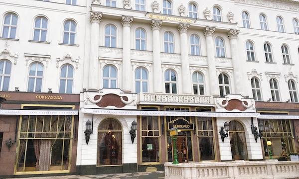 エリザベートも訪れたハンガリーの有名カフェ「Gerbeaud(ジェルボー)」へ