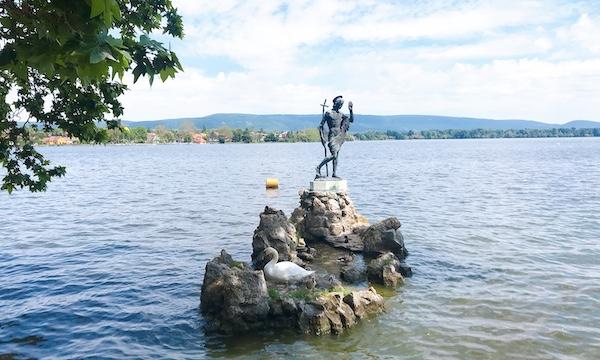 のどかな湖畔での散歩が楽しめる「Tata(タタ)」へ