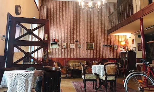 アンティークな雰囲気で落ち着くカフェ「Café Zsivágó」